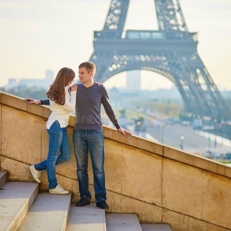 Download Romantisch paar in Parijs stock foto. Afbeelding bestaande uit gelukkig - 54091286