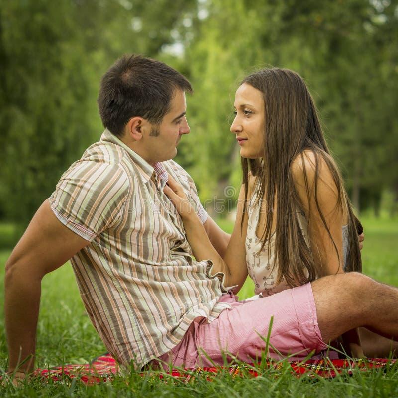 Romantisch Paar In Park Stock Foto's