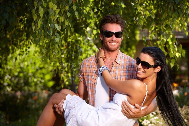 Romantisch paar in tuin het glimlachen stock foto