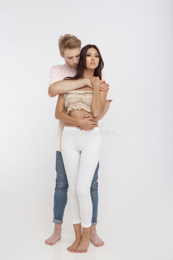 Romantisch paar tussen verschillende rassen in liefde stock afbeelding