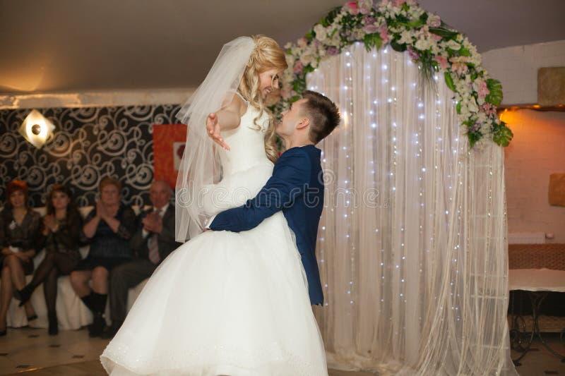 Romantisch paar van jonggehuwden eerst elegante dans bij huwelijk rece stock foto's
