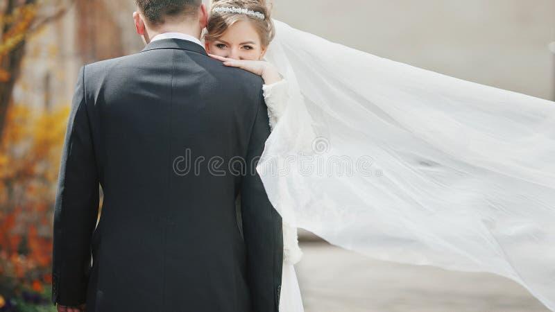 Romantisch paar van jonggehuwden huggng dichtbij oude kerkclose-up royalty-vrije stock foto's