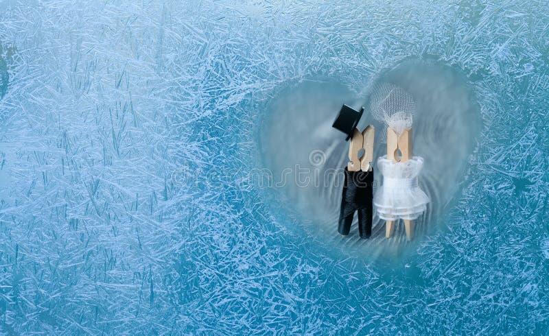 Romantisch paar wasknijperpaar Man, vrouw in bevroren hart stock foto's