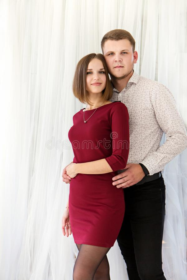 Romantisch paar in witte gordijnen stock fotografie
