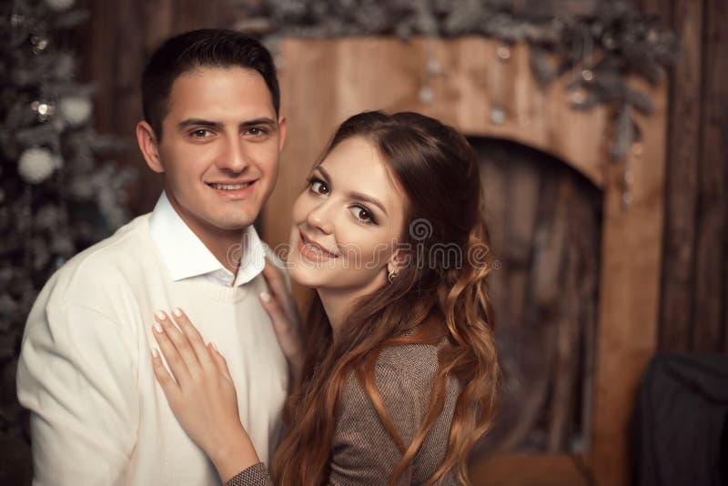 Romantisch paarportret in liefde Vrolijk Gelukkig jonggehuwde huggin royalty-vrije stock fotografie