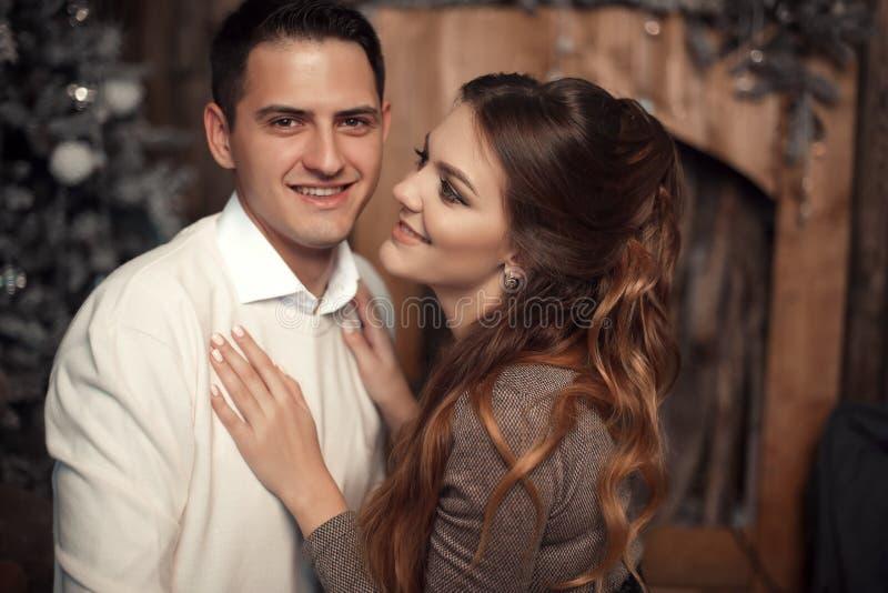 Romantisch paarportret in liefde Vrolijk Gelukkig jonggehuwde huggin royalty-vrije stock foto's
