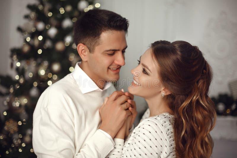 Romantisch paarportret in liefde Vrolijk Gelukkig jonggehuwde huggin royalty-vrije stock foto