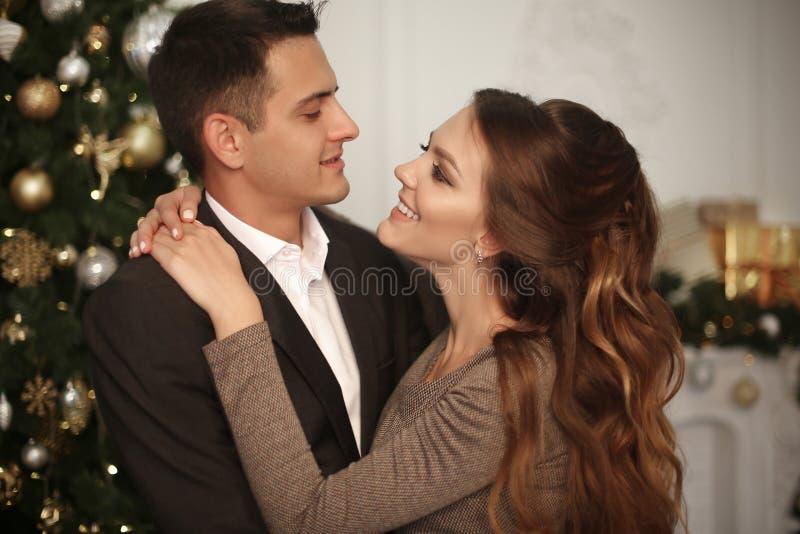 Romantisch paarportret in liefde Vrolijk Gelukkig jonggehuwde huggin stock foto