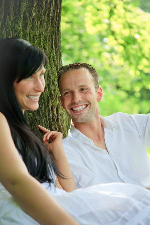 Romantisch parkpaar royalty-vrije stock foto's