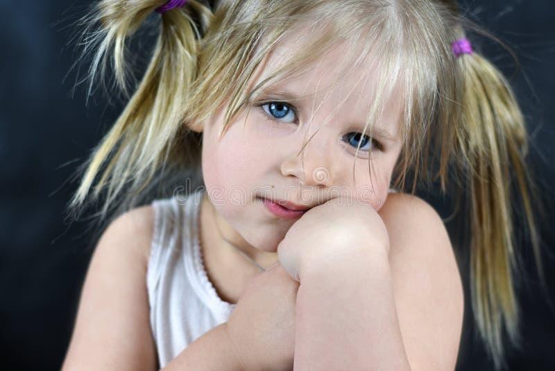 Romantisch portret van een klein meisje op een zwarte achtergrond stock fotografie