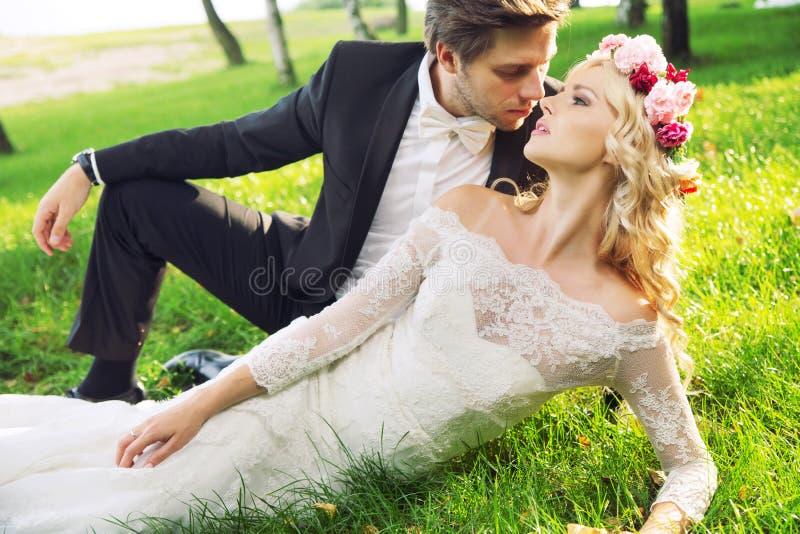 Romantisch portret van het huwelijkspaar stock foto