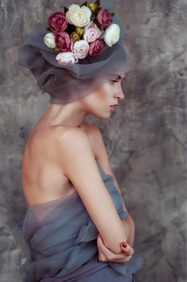 Romantisch portret van jonge dame in tulband met ranunculus royalty-vrije stock foto's