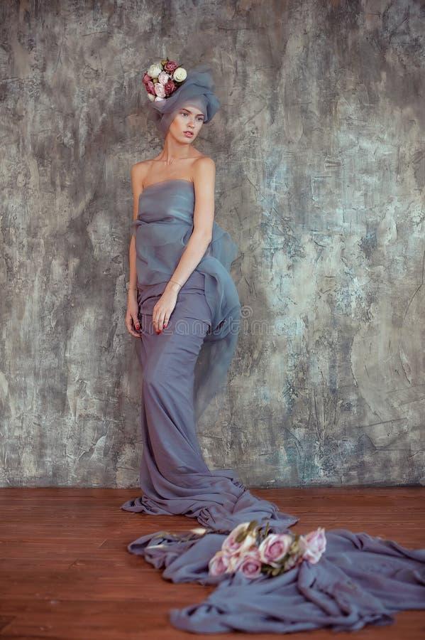 Romantisch portret van jonge dame in tulband met ranunculus royalty-vrije stock fotografie