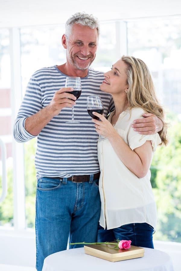 Romantisch rijp paar met rode wijn royalty-vrije stock afbeeldingen