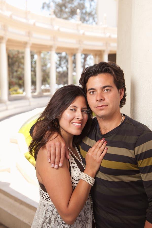 Romantisch Spaans Paar bij het Park stock foto