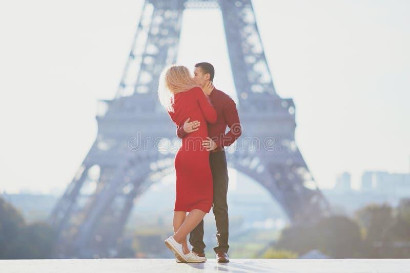 Romantisch stel verliefd in de buurt van de Eiffeltoren stock foto