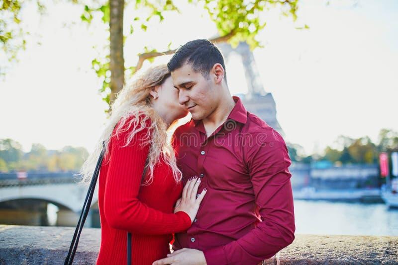 Romantisch stel verliefd in de buurt van de Eiffeltoren royalty-vrije stock foto's