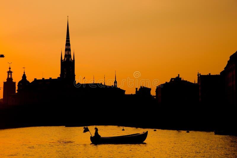 Romantisch Stockholm, Zweden. Boot bij zonsondergang stock afbeeldingen