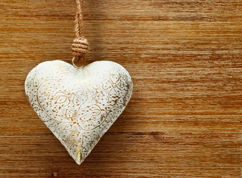 Romantisch uitstekend hart op de houten achtergrond met patronen stock afbeelding