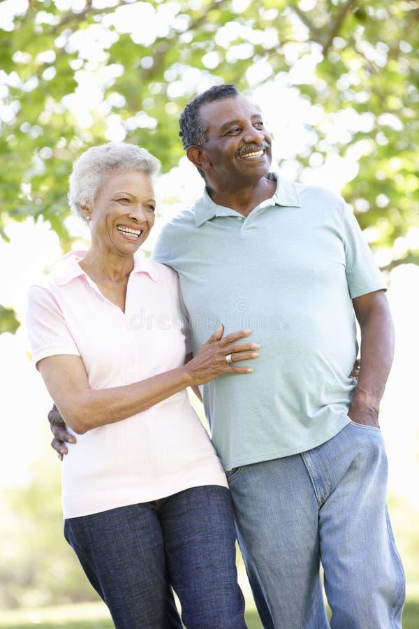 Romantische ältere Afroamerikaner-Paare, die in Park gehen stockfoto