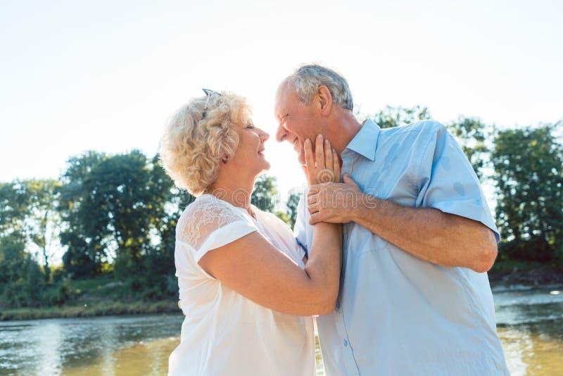 Romantische ältere Paare, die draußen einen gesunden und aktiven Lebensstil genießen stockfotos