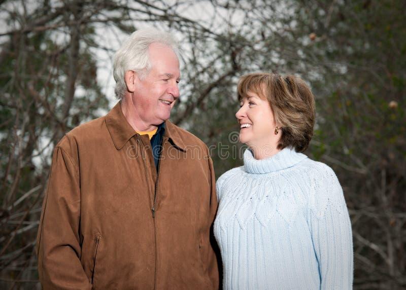 Romantische ältere Paare, die einander betrachten stockfotografie