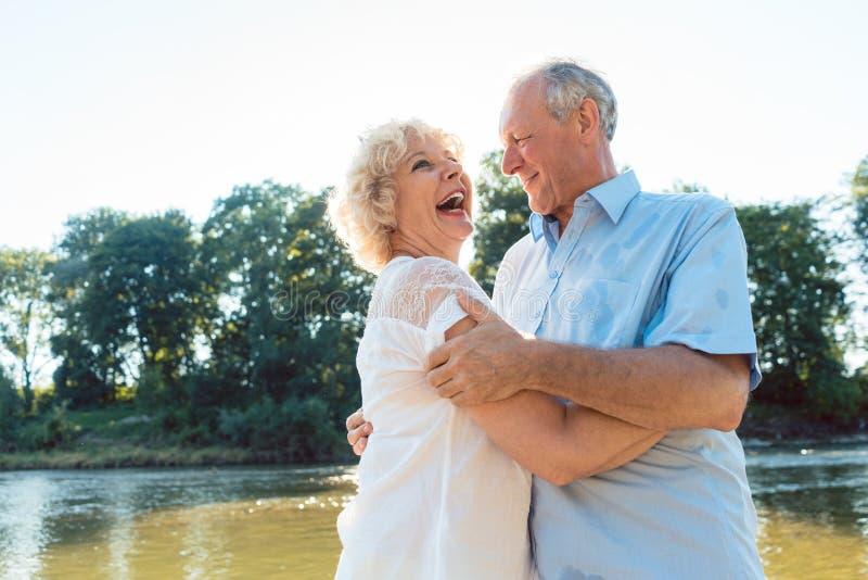 Romantische ältere Paare, die einen gesunden und aktiven Lebensstil genießen stockfotografie