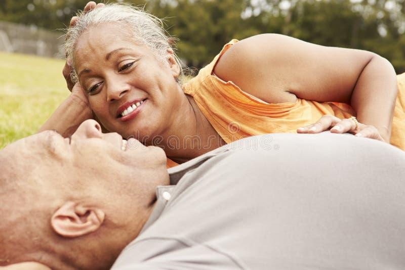 Romantische ältere Paare, die sich zusammen im Park entspannen lizenzfreie stockfotos