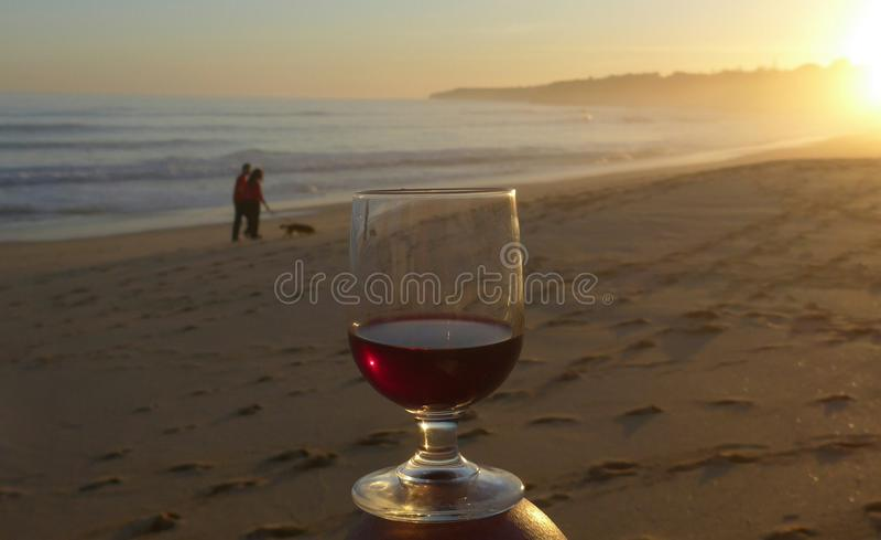 Romantische Abendstimmung in dem Meer Algarve, Armacao de Pera, Portugal lizenzfreie stockfotografie