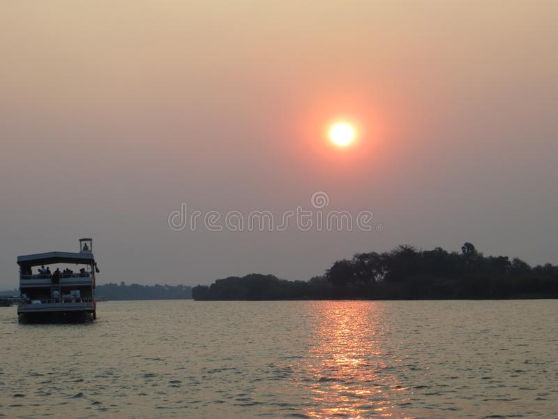 Romantische Afrikaanse zonsondergang stock foto's