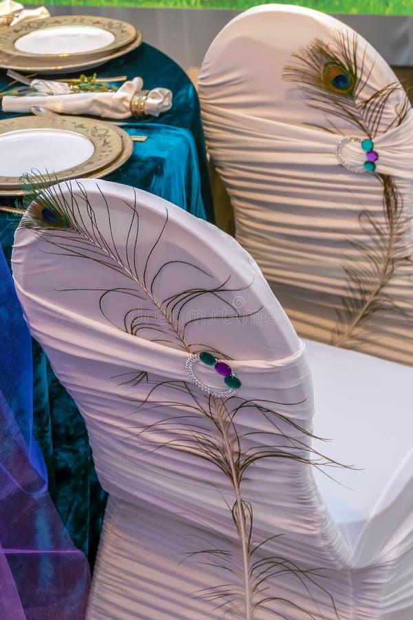 Romantische Anordnung bei einem festlichen Tisch lizenzfreie stockfotografie