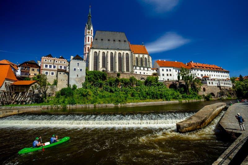 Romantische Ansicht der Kirche von St. Vitus und Wehr auf dem die Moldau-Fluss in Cesky Krumlov stockfotografie