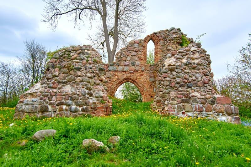 romantische Ansicht der mittelalterlichen Ruine der christlichen Kirche lizenzfreie stockbilder