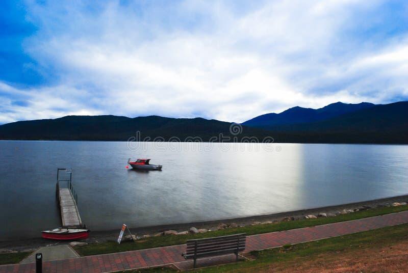 Romantische Ansicht des Sonnenuntergangs auf einer ruhigen Insel in Neuseeland stockfotografie
