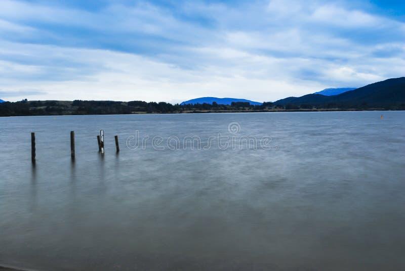 Romantische Ansicht des Sonnenuntergangs auf einer ruhigen Insel in Neuseeland lizenzfreies stockbild