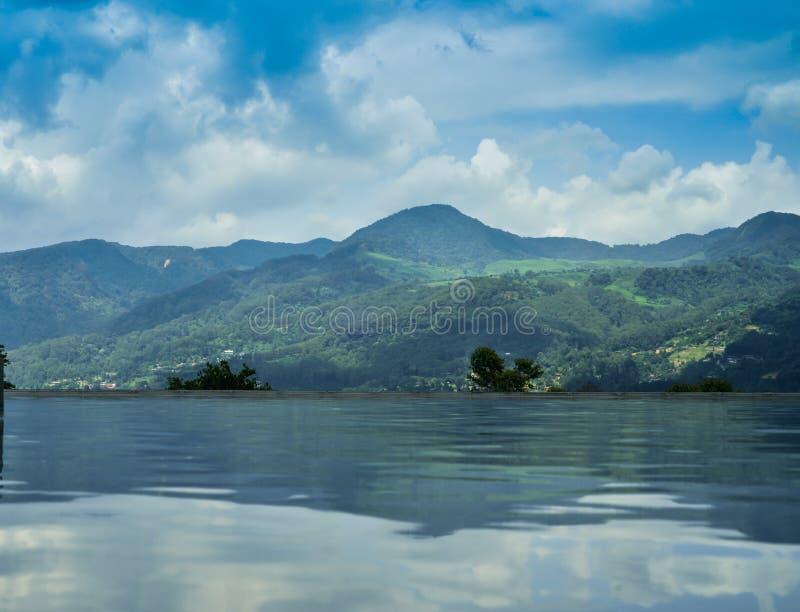 Romantische Ansicht von schönem See des blauen Wassers auf dem Horizont stockfoto