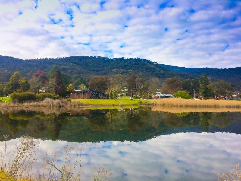 Romantische Ansicht von schönem See des blauen Wassers auf dem Horizont im Berggebiet in Australien stockbilder