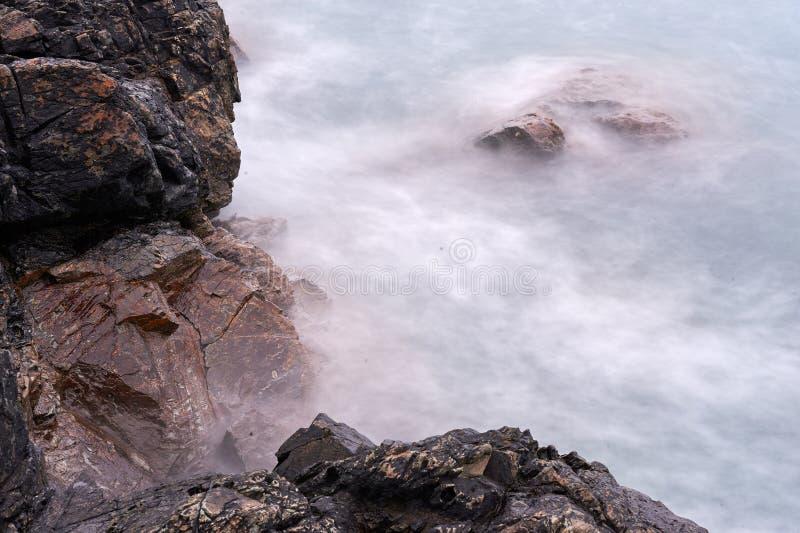 Romantische atmosfeer in vreedzame ochtend op zee stock foto's