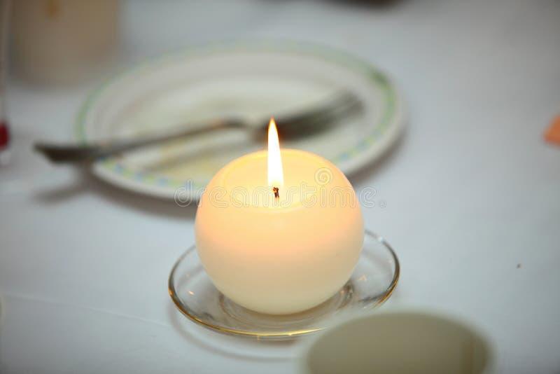Romantische Atmosphäre mit Kerze stockfotografie