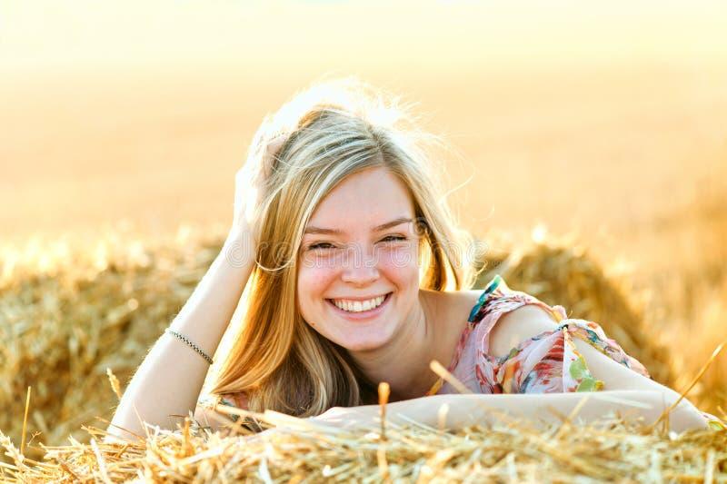 Romantische Aufstellung der jungen Frau im Freien stockfotos