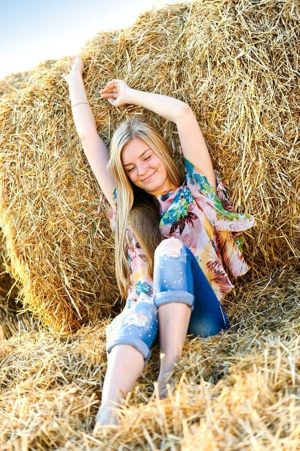 Romantische Aufstellung der jungen Frau im Freien stockfoto