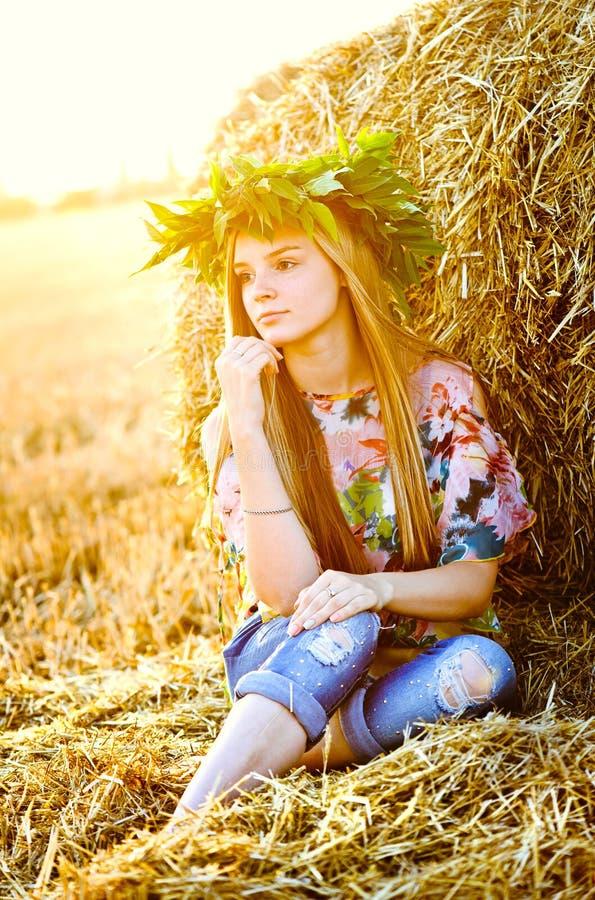 Romantische Aufstellung der jungen Frau im Freien lizenzfreie stockfotografie