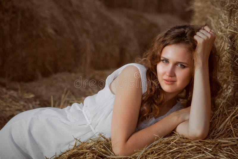 Romantische Aufstellung der jungen Frau im Freien lizenzfreie stockfotos