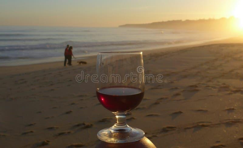 Romantische avondstemming bij het overzees Algarve, Armacao DE Pera, Portugal royalty-vrije stock fotografie