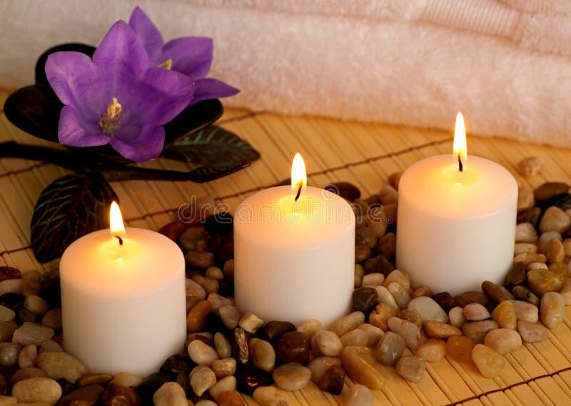 Romantische Badekurort-Einstellung mit Kerzen und Blumen stockbilder