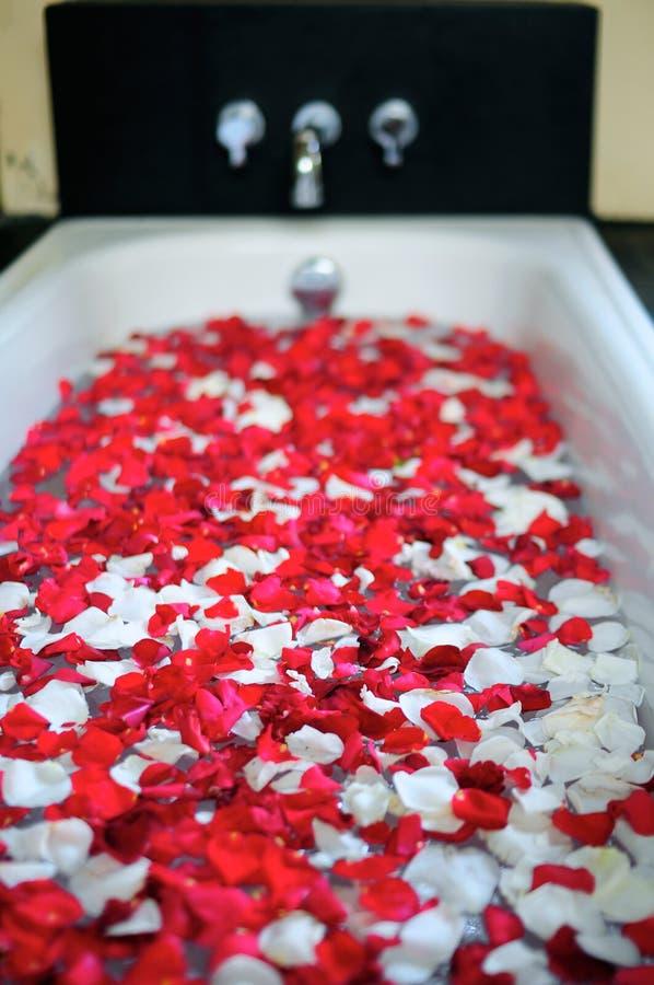 Romantische Badewanne mit Blumen lizenzfreie stockfotografie