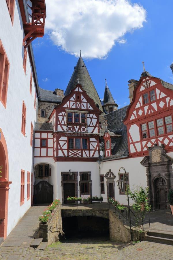 Romantische Binnenbinnenplaats van Buerresheim-Kasteel dichtbij Mayen, Rijnland-Palatinaat, Duitsland royalty-vrije stock foto