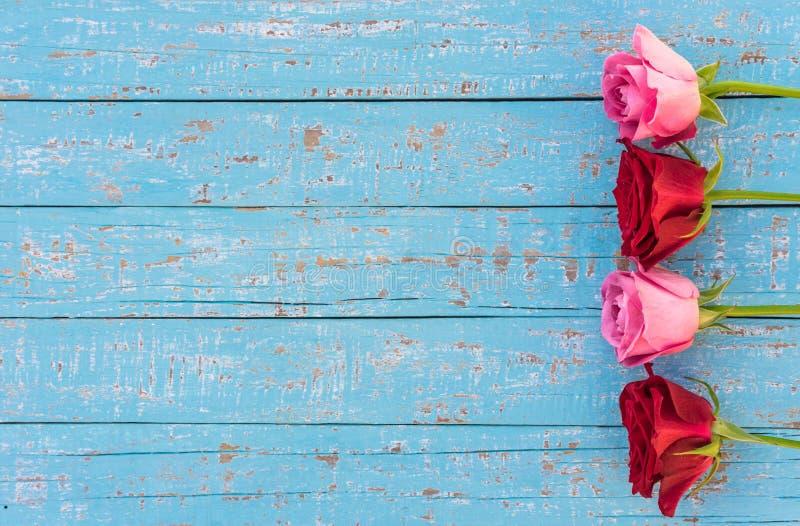 Romantische bloemenachtergrond met roze en rode rozengrens op lichtblauw voor de Dag of het Huwelijk van Valentine ` s royalty-vrije stock foto's