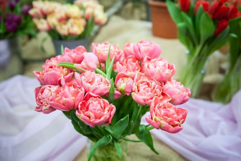 Romantische bloemensamenstelling boeket van zachte roze tulpen Ggreetingskaart voor moedersdag, 8 Maart stock afbeeldingen