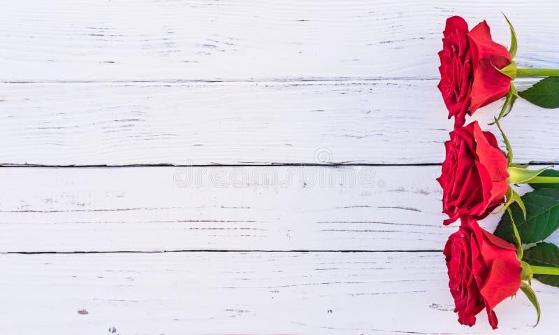 Romantische Blumen der roten Rosen auf weißem Holz, romantischem Hintergrund für Valentinsgruß ` s Tag oder Hochzeit stockfotos